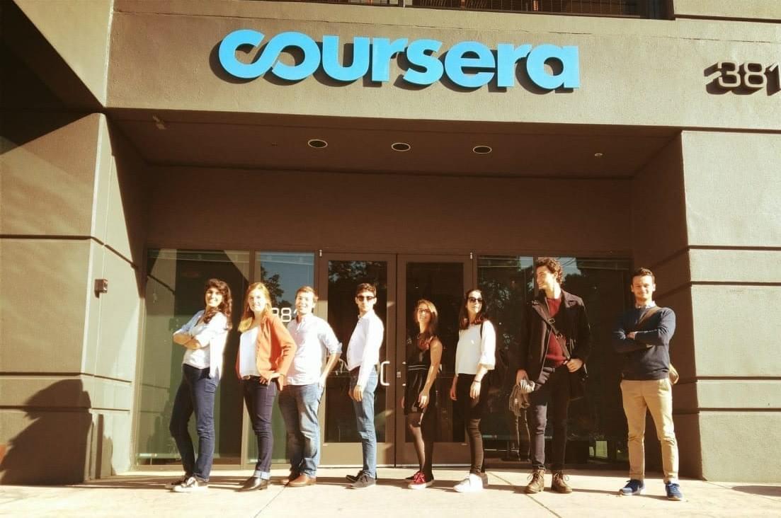 Des membres de l'équipe devant les locaux de Coursera. Crédits photo Arlène Botokro