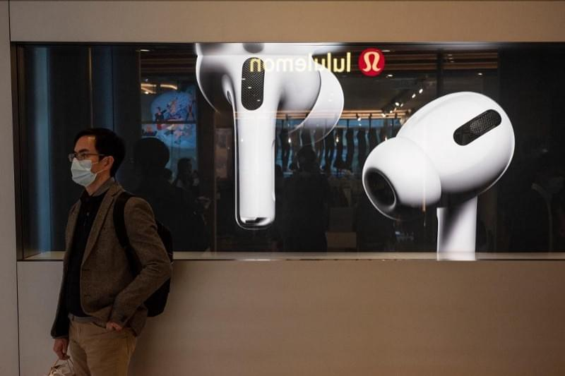 HONG KONG, CHINA — 2020/02/19: A man stands in front of American multinational technology company Apple store displaying the Airpods Pro banner at its entrance in Hong Kong. (Photo by Budrul Chukrut/SOPA Images/LightRocket via Getty Images) SOPA IMAGES/LIGHTROCKET VIA GETTY IMAGES