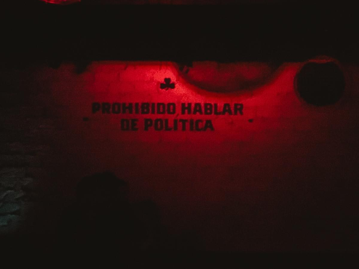 street art written on a wall reads prohibido hablar de politica