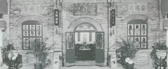 Quanjude 全聚德 in Beijing, China is over 100 years old, original photo of the first store.