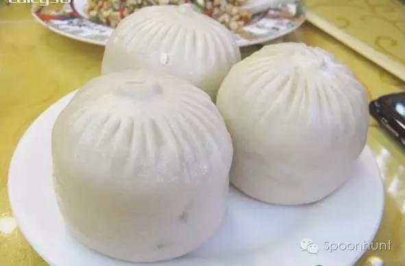 Laijinyuxuan Restaurant 来今雨轩饭庄 in Beijing, China serves giant soup dumplings 汤包