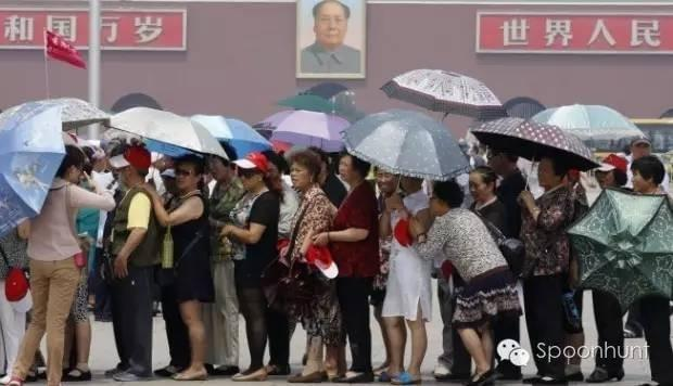 Queuing, lining up in china with no personal space life hack