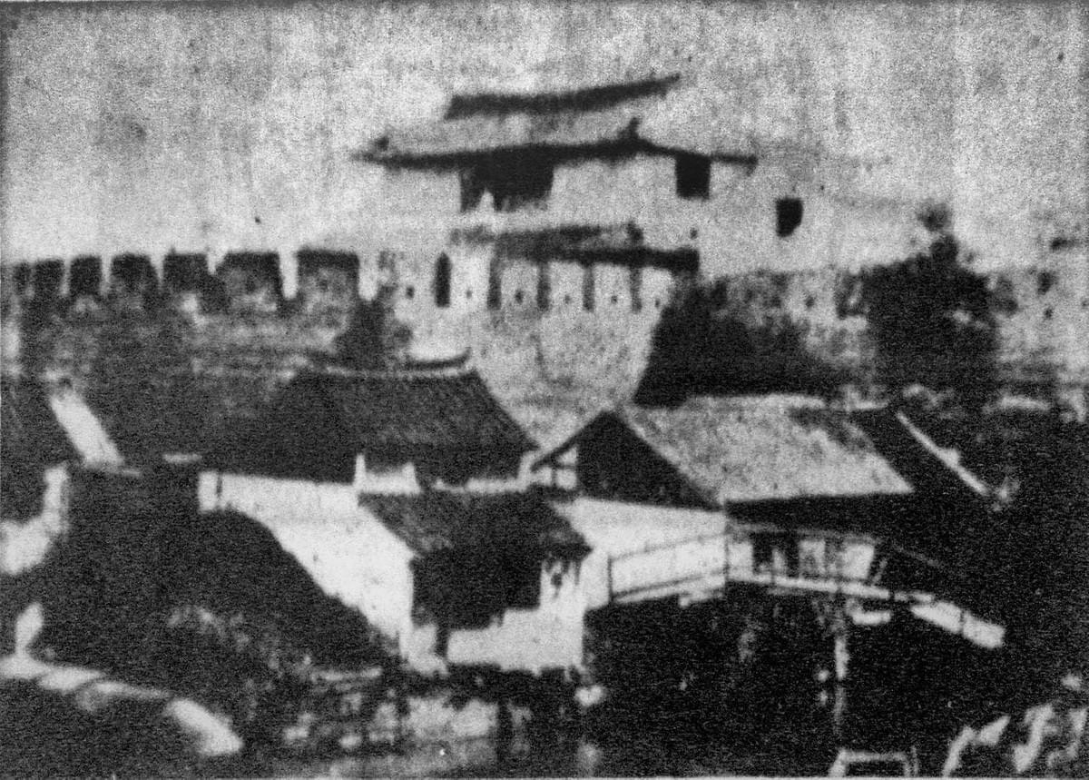 Picture source:Wikipedia; Old Western Gate Laoximen aka Gate of the Virtuous Phoenix