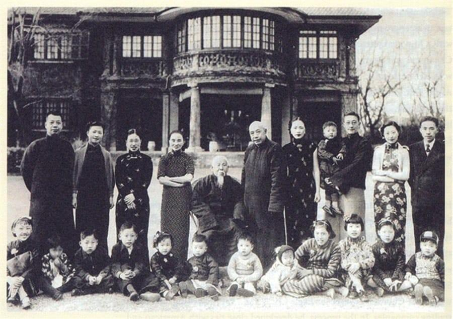 Picture source:shine.cn; The Moh family - Moh Shangqing standing 5th from the right