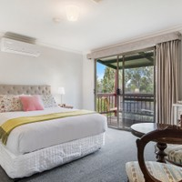 Queen Bed, Ensuite & private balcony