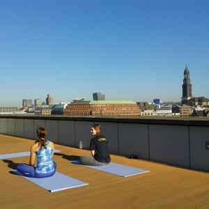 Rooftop-corporate-yoga in Hamburg