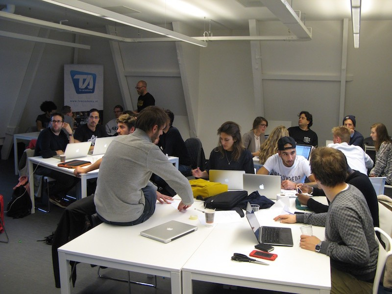 The App academy, de school voor app programming, learns student how to develop an app. Here they are in an brainstorm with student of the TV Academy.