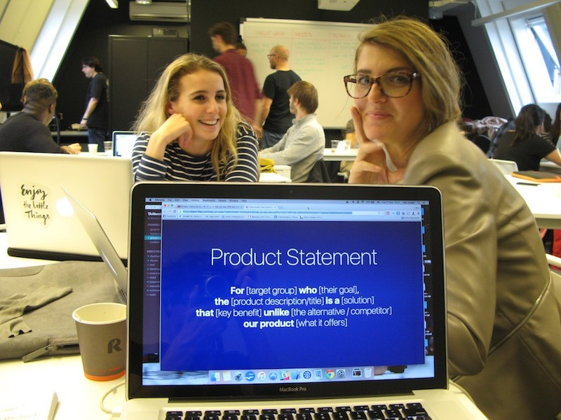 Student Marina (right) of The App academy, de school voor app programming, works on an app idea.