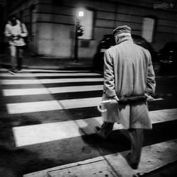2015-11-21 #France #Paris Homme au parapluie - Man with umbrella #streetphotography #cityscape #street #urban #portrait #night #B&W