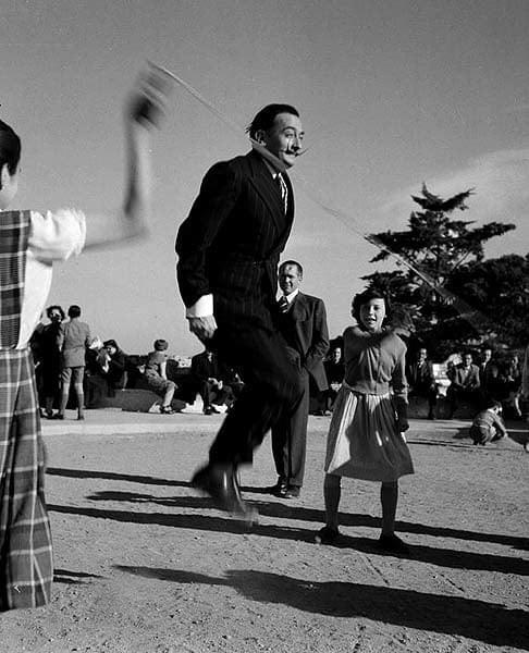Dalí saltando a la comba