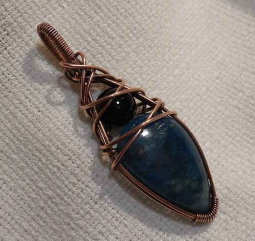 Ciondolo Amuleto in Apatite, Onice e Rame
