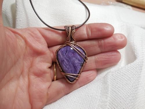 Ciondolo Amuleto in Charoite e Rame