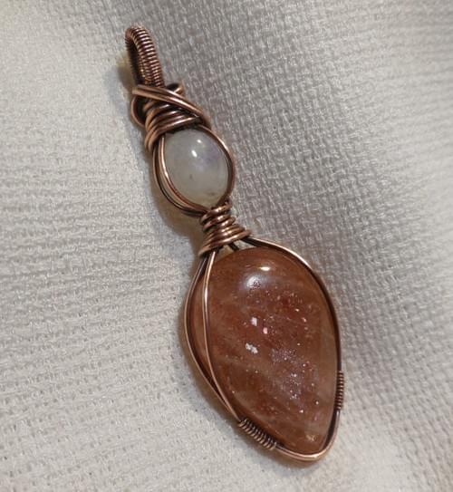 Ciondolo Amuleto in Pietra del sole (Eliolite) Pietra di Luna Arcobaleno e Rame