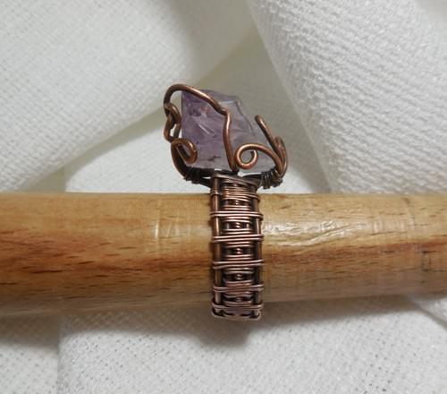 Grande Anello Ricamato in Rame e punta di Ametista grezza