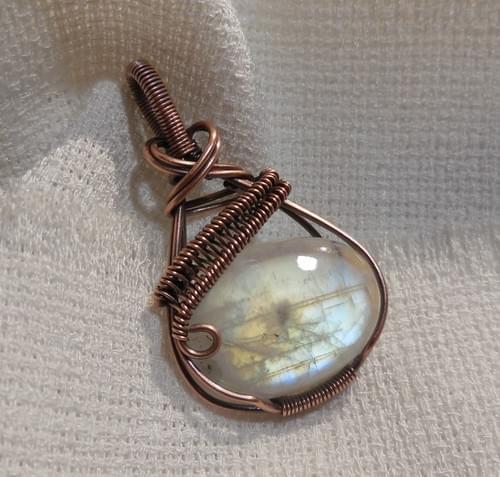Ciondolo Amuleto in Labradorite Bianca (Rainbow Moonstone) e Rame