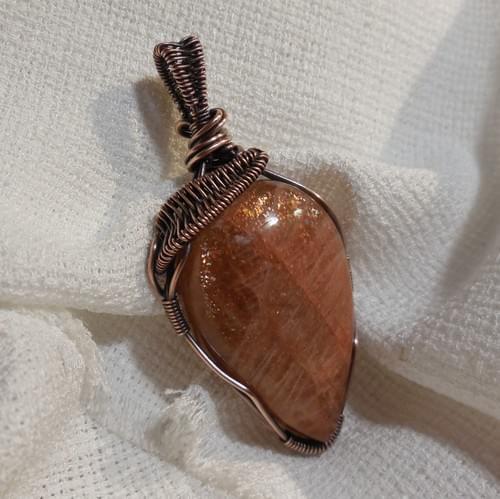 Grande Ciondolo Amuleto in Pietra di Sole (Eliolite) e Rame