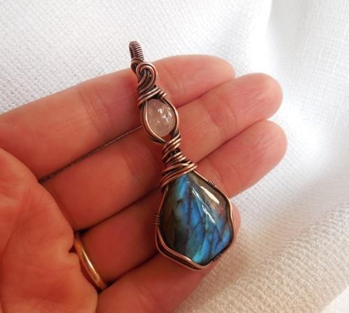 Ciondolo Amuleto in Labradorite, Morganite e Rame
