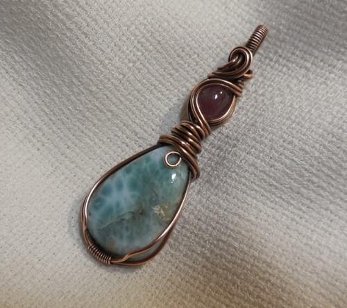 Ciondolo Amuleto in Larimar, quarzo rosa e Rame