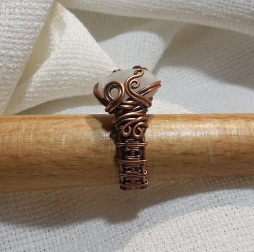 Anello ricamato in Rame e Pietra di Luna Arcobaleno