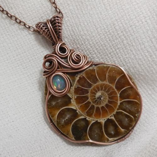 """La Lumaca"" Collana con Grande Ciondolo in Ammonite e Opale Nobile"