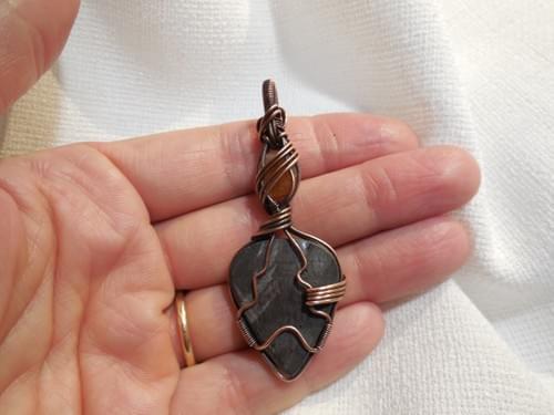 Ciondolo Amuleto in Iperstene, pietra di sole e Rame
