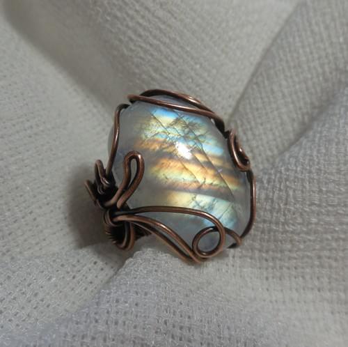 Anello ricamato in filo di Rame e Labradorite bianca (Rainbow moonstone)