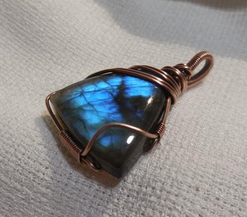 Ciondolo Amuleto in Labradorite blu e Rame