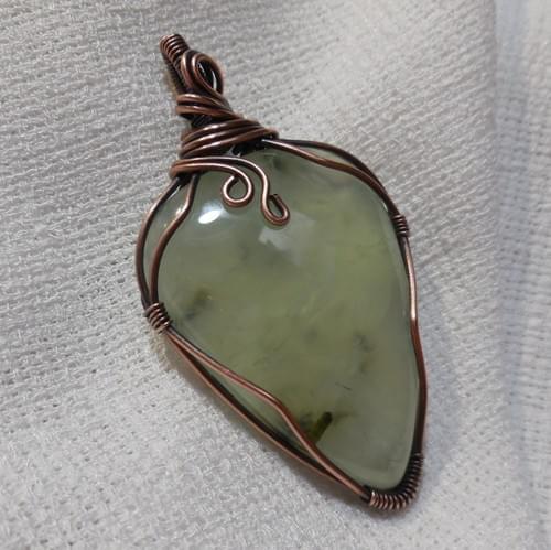 Ciondolo Amuleto in Prehnite e Rame