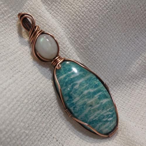 Ciondolo Amuleto in Amazzonite, Pietra di Luna Arcobaleno e Rame