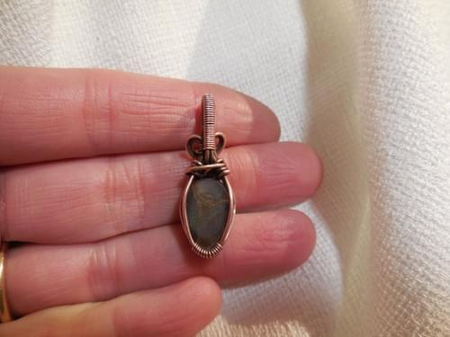 Mini Ciondolo charm in Pietra di sole nera (Eliolite) e Rame