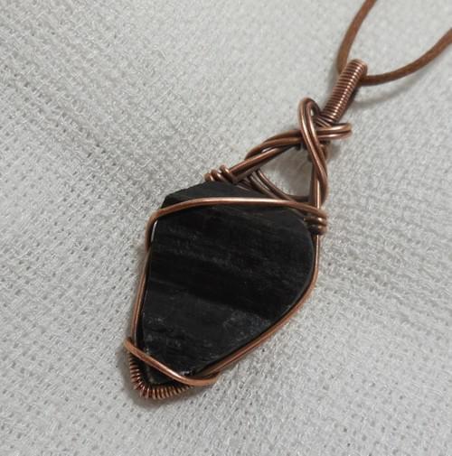 Ciondolo Amuleto in Tormalina Nera Grezza e Rame