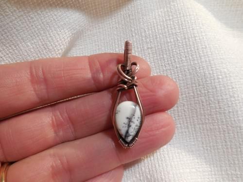 Mini Ciondolo charm in Opale bianco dendritico e Rame