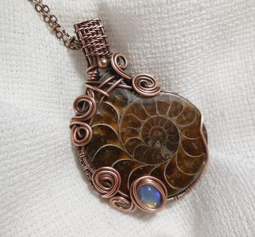 Collana con Ciondolo in Ammonite, Opale Nobile e Rame