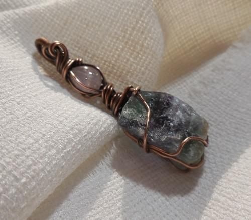 Ciondolo Amuleto in Fluorite grezza, Morganite e Rame