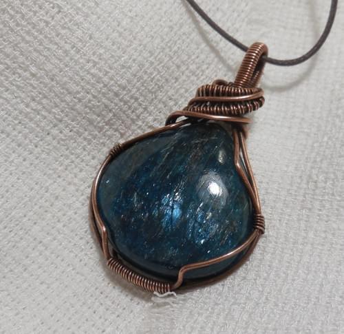 Ciondolo Amuleto in Apatite e Rame