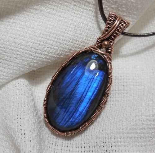 Ciondolo Amuleto in filo di rame e Labradorite blu