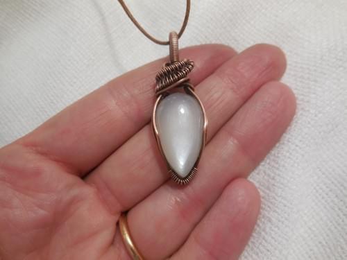 Ciondolo Amuleto in Adularia Bianca (pietra di luna) e Rame