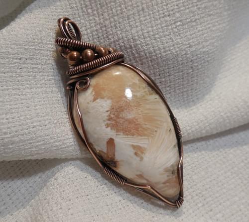 Ciondolo Amuleto in Scolecite e Rame