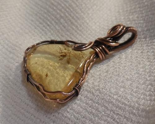 Ciondolo Amuleto in Ambra Baltica e Rame