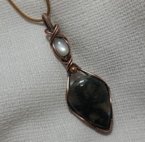 """Ciondolo Amuleto """"Dea Madre"""" in rame, Agata Muschiata e Pietra di luna (Adularia)"""