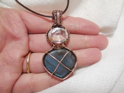 """Ciondolo Amuleto """"Dea Madre"""" in Labradorite blu, Cristallo di rocca e rame"""