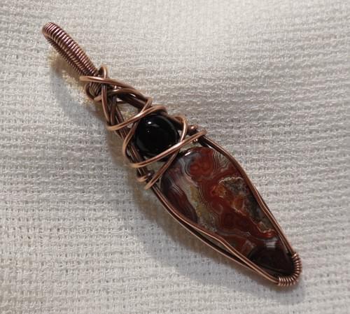 Ciondolo Amuleto in Agata Crazy Lace, Onice e Rame