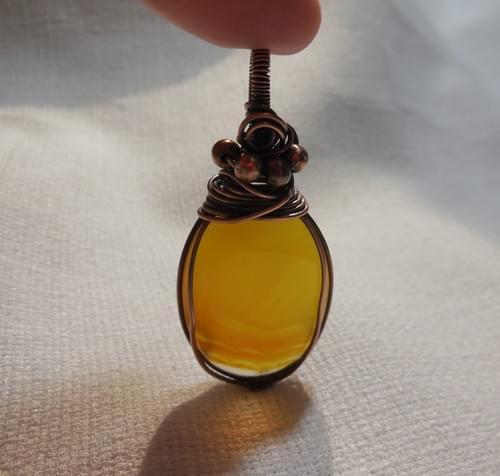 Ciondolo Amuleto in Agata Gialla e Rame