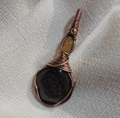 Ciondolo Amuleto in Lodolite, Opale Welo e Rame
