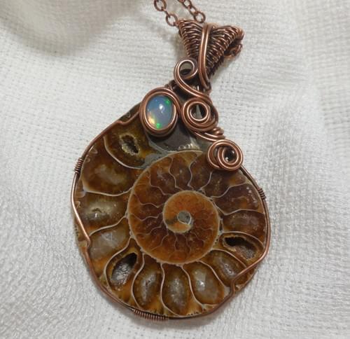 """""""La Lumaca"""" Collana con Grande Ciondolo in Ammonite e Opale Nobile"""