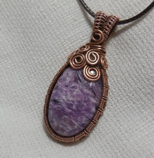 Pendentif Amulette en fil de cuivre et Charoite