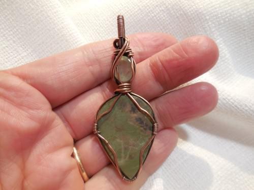 Ciondolo Amuleto in Diaspro Verde, Prehnite e Rame