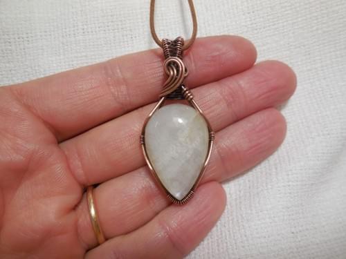 Ciondolo Amuleto in Pietra di Luna (Adularia) e Rame