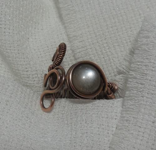 """Anello """"Capponcina"""" ricamato in filo di Rame e Pietra di Luna Grigia (Adularia)"""
