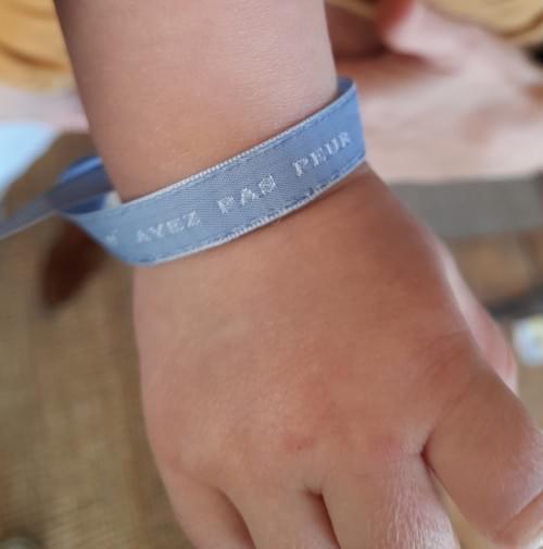 "Bracelet ruban brodé ""N'ayez pas peur"" bleu clair"
